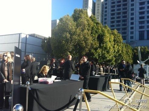 媒体记者排队入场