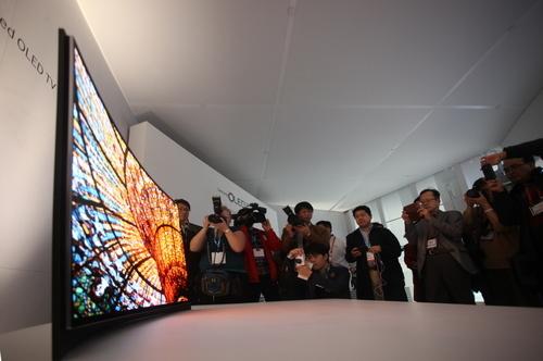 三星发布全球首款可弯曲屏幕OLED电视